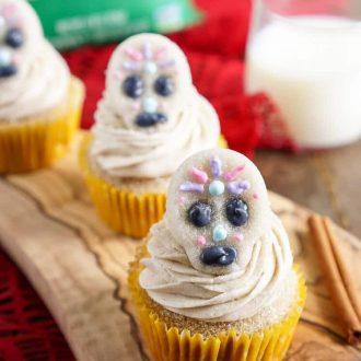 These Cinnamon Sugar Skull Cupcakes are such a fun and sweet way to celebrate Día de los Muertos!