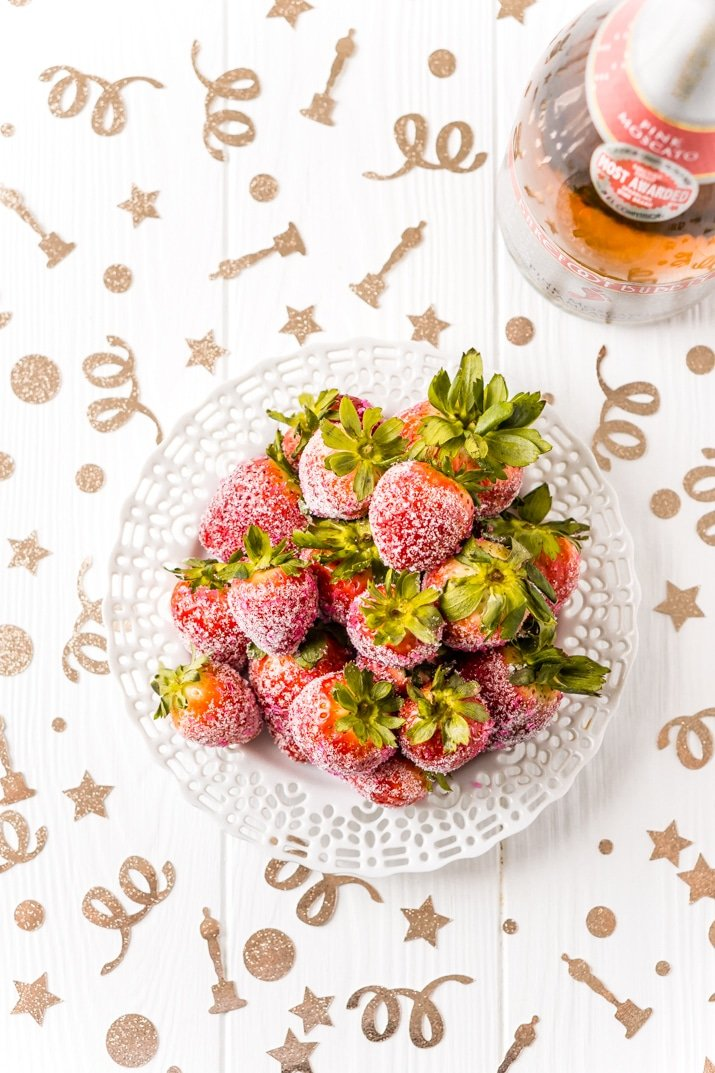 3-Ingredient Moscato Strawberries - Oscar Party Idea!