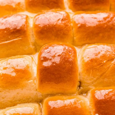 Close up photo of yeast rolls in a pan.